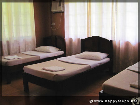 Mambukal Resort: Family Cottage - Bedroom with three single beds
