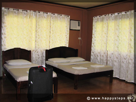 Mambukal Resort: Family Cottage - Bedroom with queen-size bed and single bed